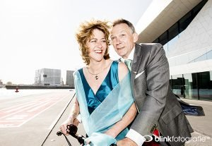 Feestelijk actieportret van Judi en Ruud bij het Eye museum gemaakt door BLINKfotografie.